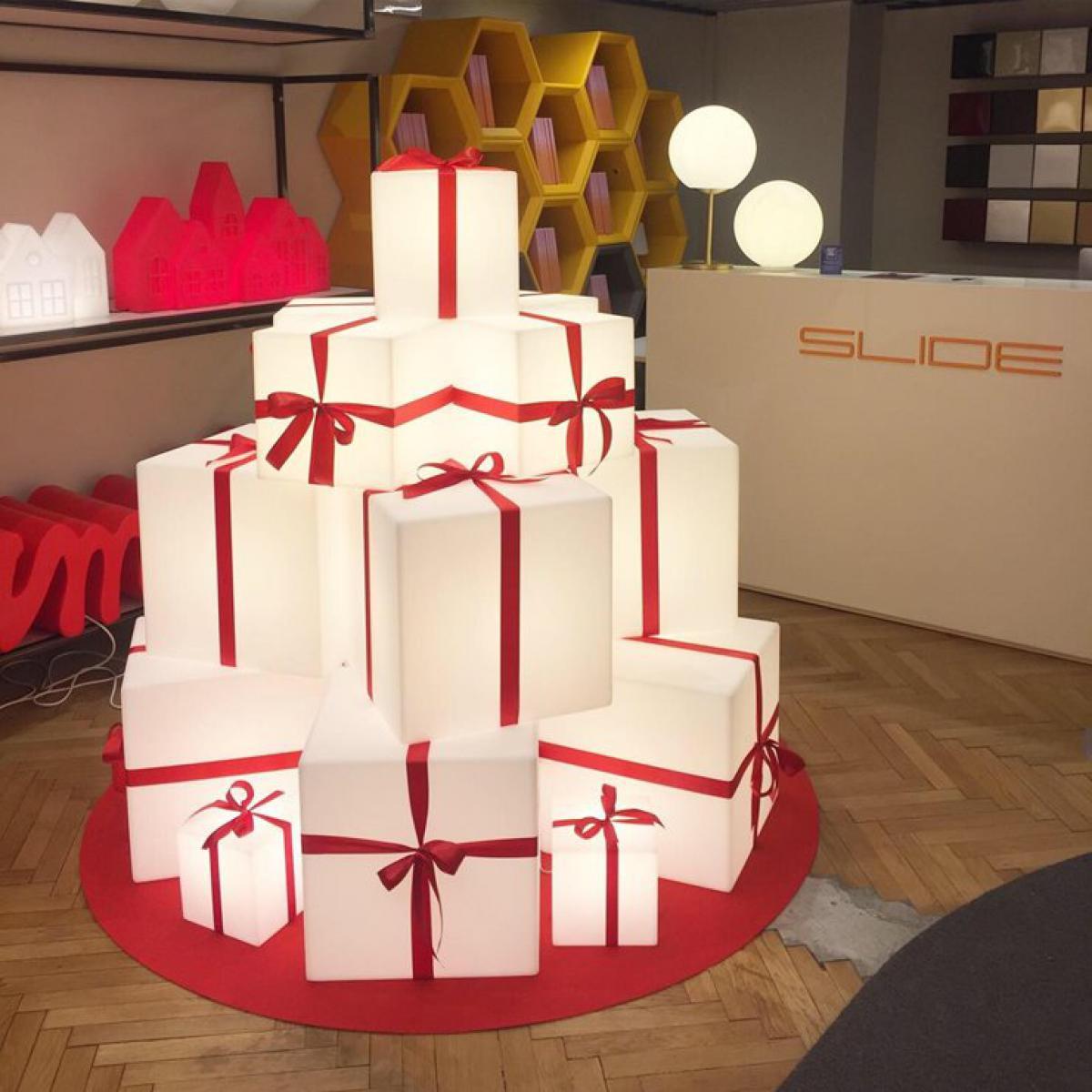 Slide MERRY CUBO-Cube lumineux d'extérieur avec ruban rouge H60cm Blanc Slide