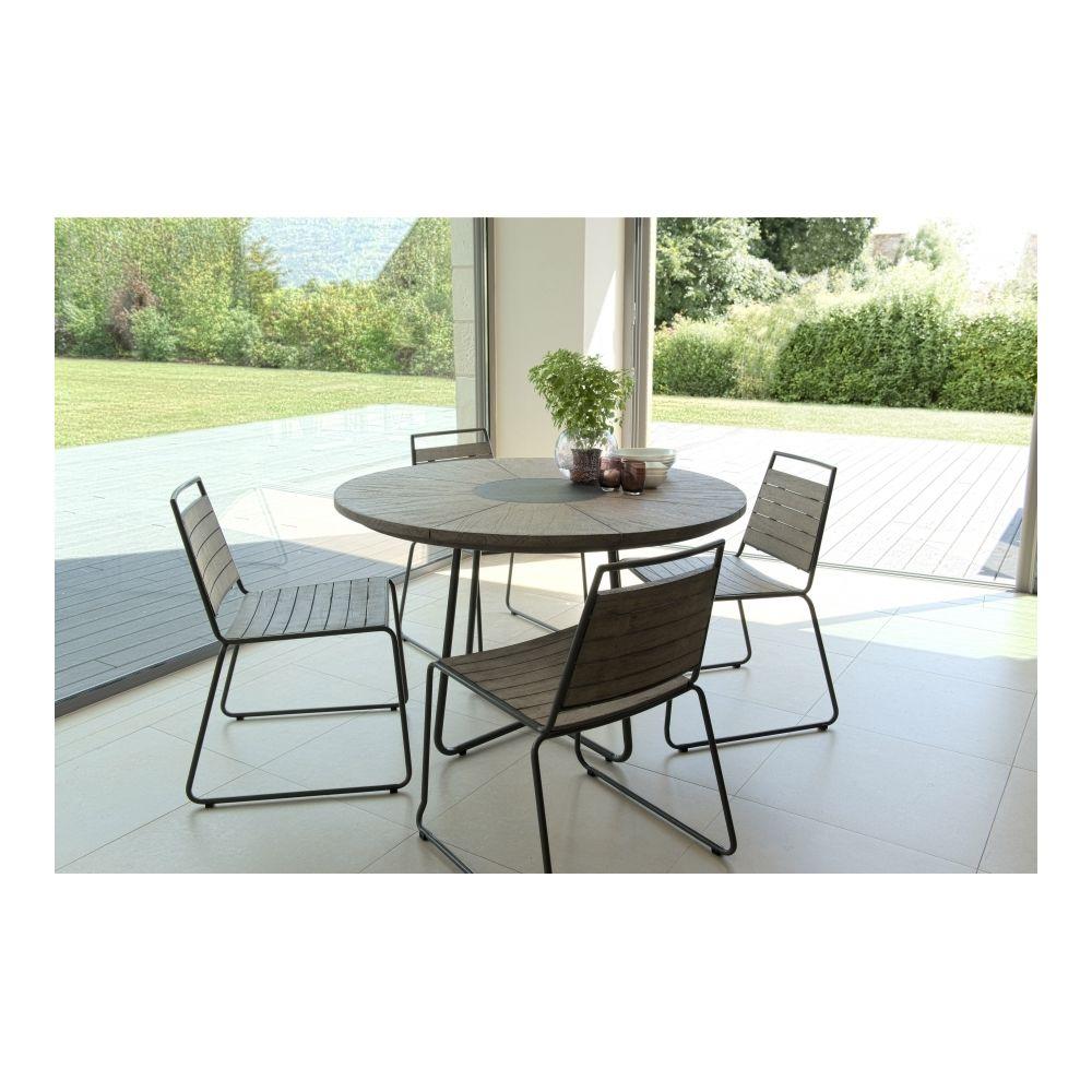 MACABANE Salon de jardin en teck teinté, comprenant 1 table à manger ronde et 2 lots de 2 chaises empilabes bois et métal - MACAB